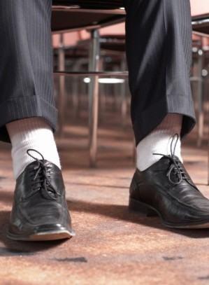 foto meia branco com calça preta