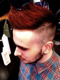 cabelo colorido vermelho homem