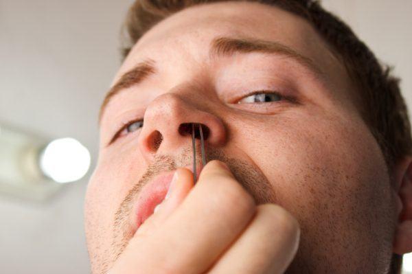 tirar pelo no nariz com pinça